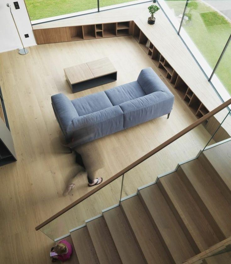 Wohnzimmer mit Wandregalsystem und Fensterbank in einem