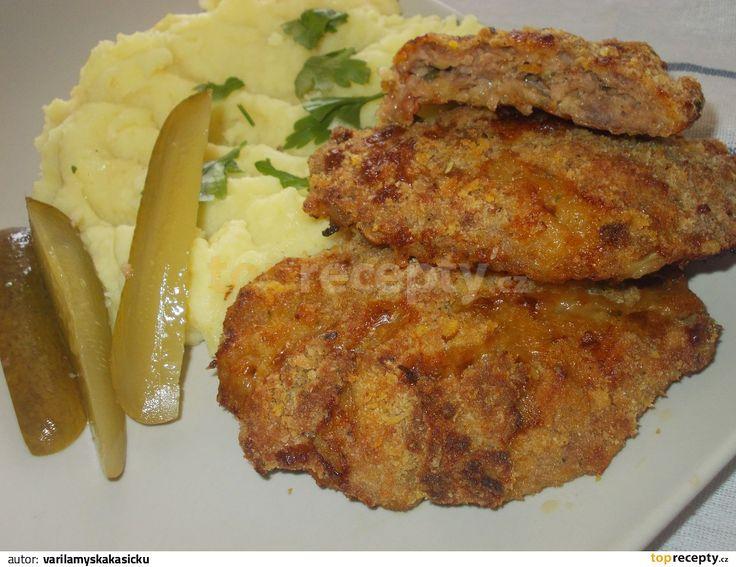 Mleté krůtí maso smícháme s nasekanými sušenými červenými rajčátky, přidáme strouhaný uzený sýr, škrob, červenou uzenou papriku, sůl, mléko a...