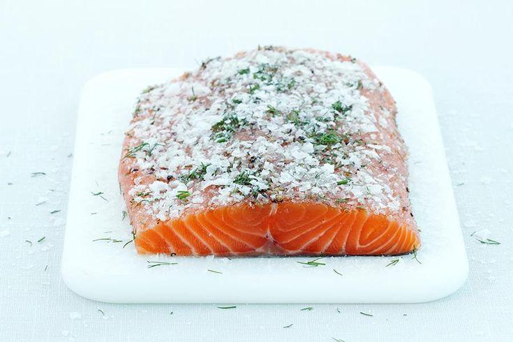 Dill er best kjent som krydderurt til sjømat, men det finnes mye mer du kan bruke dill til. Oppskrift på akevittgravet laks med dill og sennepsaus.