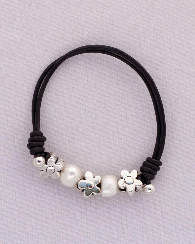 """""""Daisy"""" Pulsera, de cuero  marrón oscura, con perlas y flores. Tiene la gargantilla a juego. Diseñado por Greenlily. Visita nuestra tienda online: www.greenlily.es"""