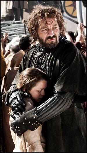El buen tipo Yoren, protegiendo a Arya. Uno de mis personajes preferidos.
