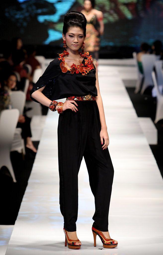 http://www.zimbio.com/pictures/_kZ8SQQckg9/Jakarta Fashion Week 2009 10 Day 1/nyicosac-wt