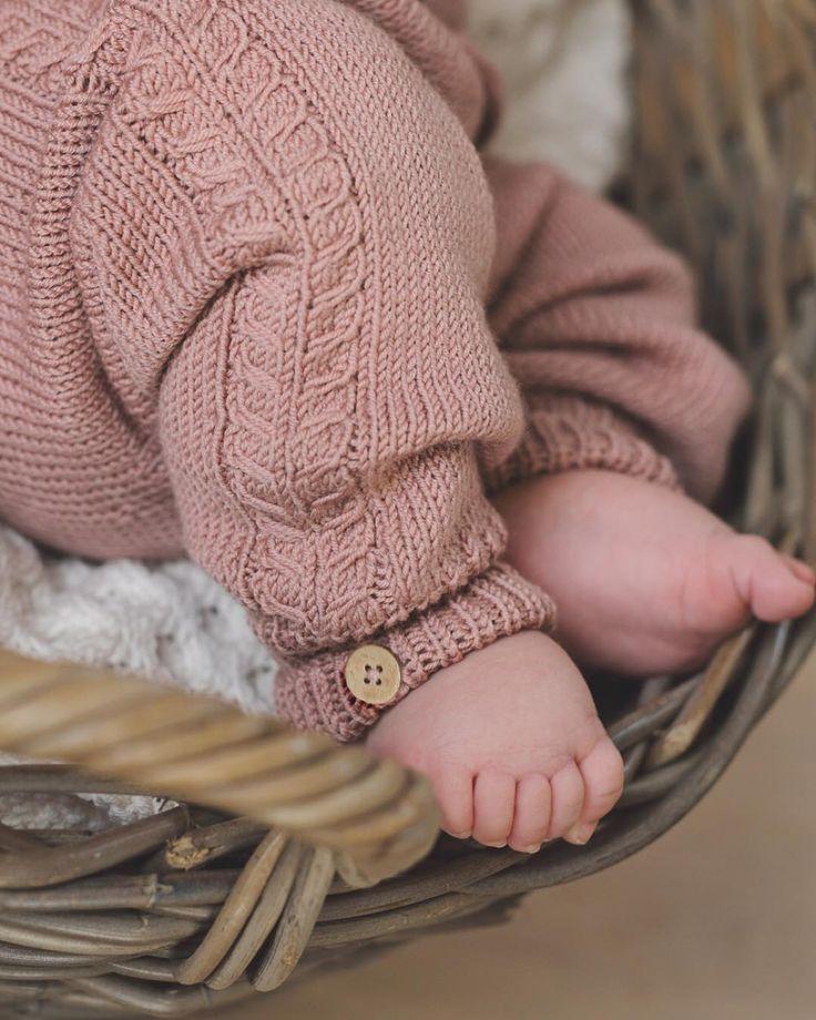 «Sweet chubby toes :) New pattern in the making. #klompelompe Om et par uker kommer det et hefte med bl.a. denne herlige babybuksa ;) #minstenbukse»