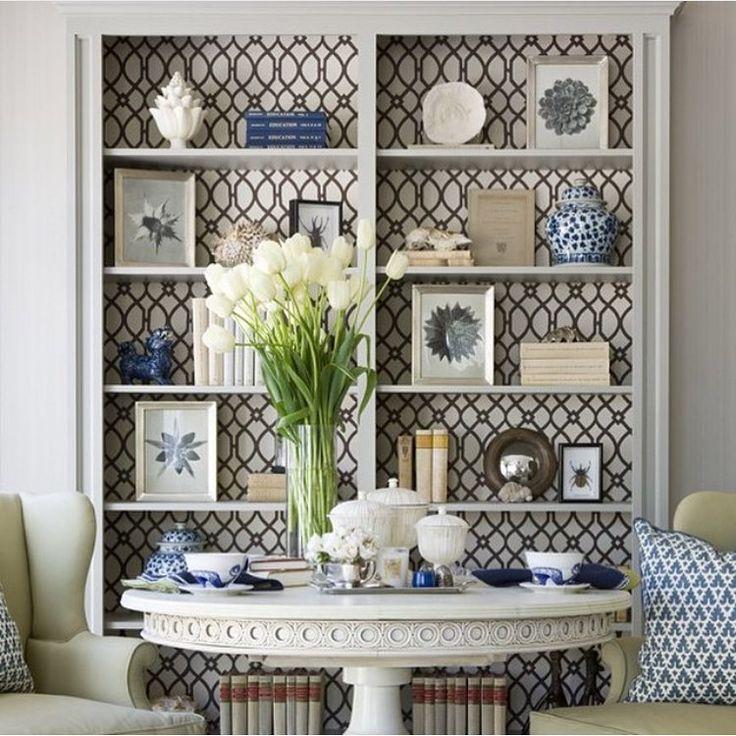 Papel de parede dentro do armário, entre as prateleiras, sempre um charme  Wallpaper inside the cabinet, between the shelves, always a charm  #wallpaper #luxury #gorgeous #wallpaperdecor #amazing