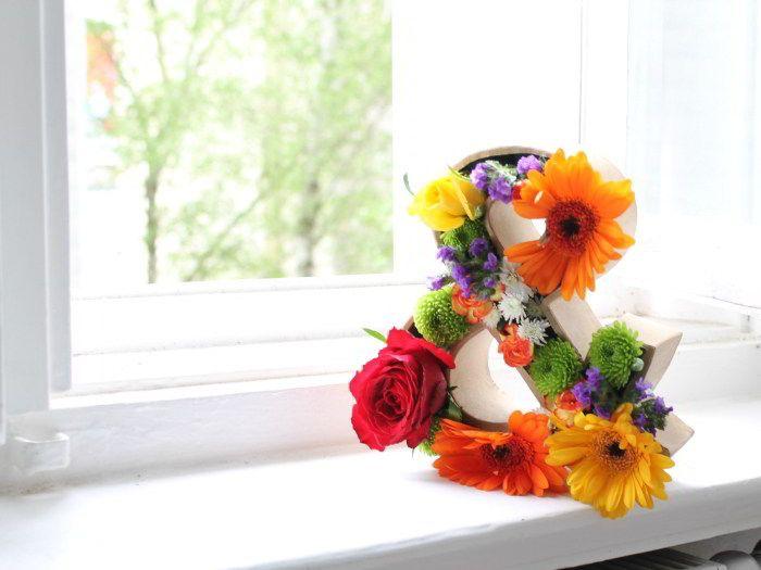 Als je gek bent op DIY en bloemen is deze tutorial perfect voor jou! Deze driedimensionale bloemenletter is eenvoudig zelf na te maken en heeft zoveel verschillende opties. Je kan hem gebruiken als bloemstuk bij een feest of huwelijk, als decoratie in je huis of als cadeau voor een feestelijke lentedag.