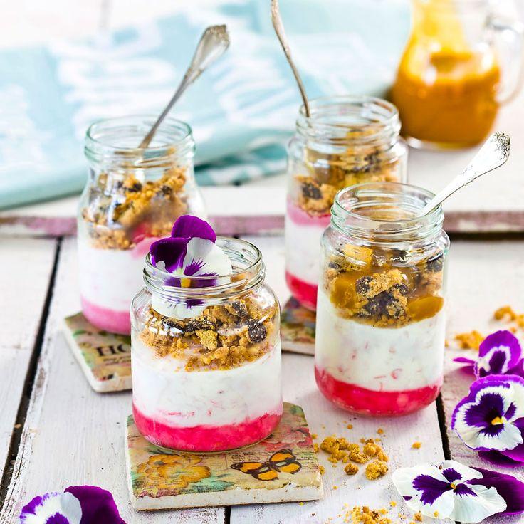 Servera en lättgjord rabarberdessert i söta burkar.