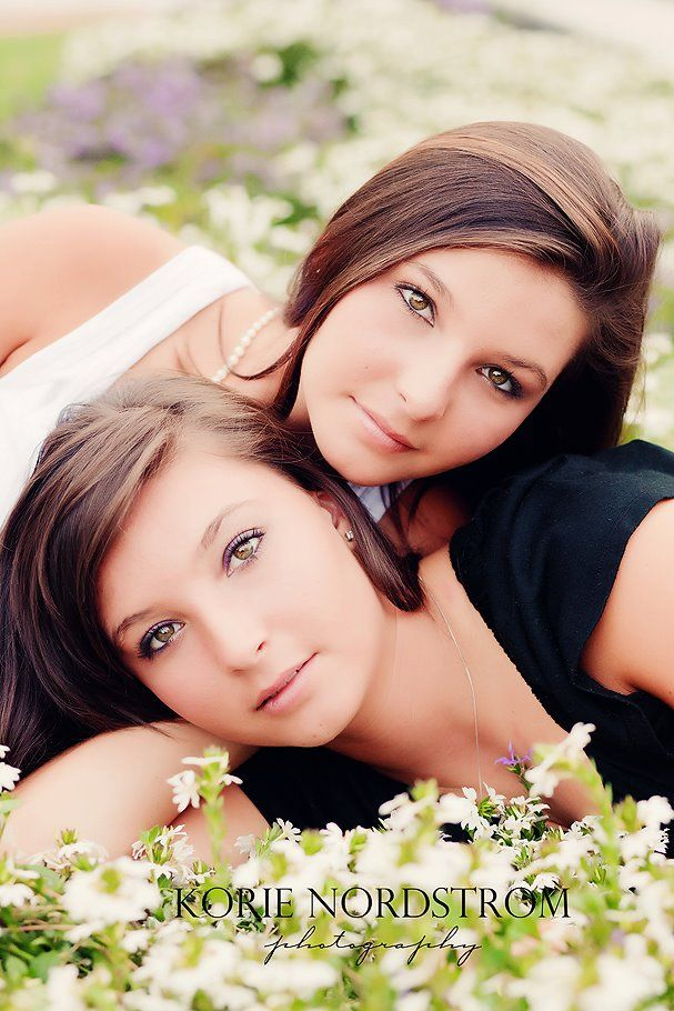 Twin senior girls photo session inspiration. {Senior Photography} {Pose Ideas}