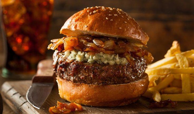 Σπιτικό burger με blue cheese και καραμελωμένα κρεμμύδια