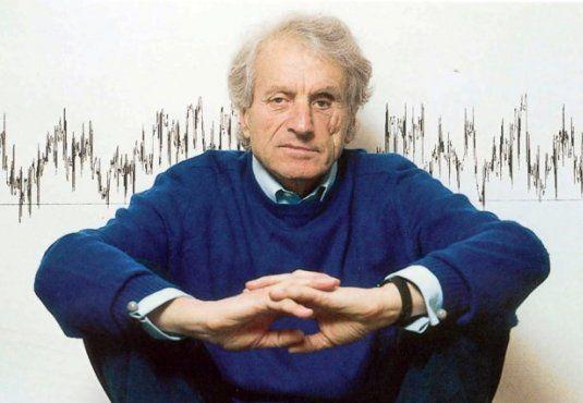 Ο #Ιάννης_Ξενάκης ένας από τους σημαντικότερους Έλληνες συνθέτες και αρχιτέκτονες του 20ού αιώνα. Συσχέτισε τη μουσική και την αρχιτεκτονική με τα μαθηματικά και τη φυσική. Δείτε περισσότερα για τη ζωή και το έργο του. __________________________________ Γράφει η Βάσω Κιούση #music #composer #architect Iannis Xenakis http://fractalart.gr/iannis-xenakis/