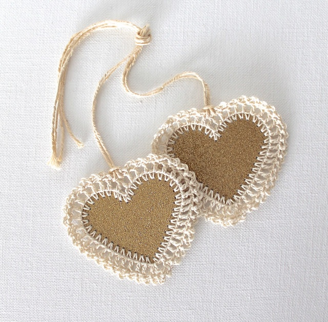 Cardboard heart with crochet edge / Corazón de cartón con borde de ganchillo