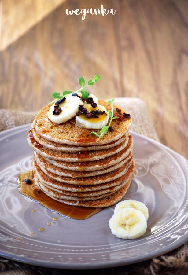 Wegańskie pancakes (pankejki) z bananem na mące orkiszowej.