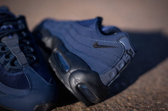 UPDATE: Just landed at Packer Shoes, and take our word for it, these things are gorgeous in person! Go get 'em before they gone! Obsidian blue is one of our favourite mutant blues to spurt from the Nike colourway think-tank. Maybe its other worldly deep-space hue ignites the adventurer in us, or maybe it just …