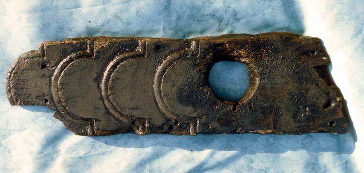 2 sols  L'étude dendrochronologique a par ailleurs apporté la certitude que les bois de construction, originaires du Morbihan, avaient été coupés entre 1810 et 1821. En admettant l'hypothèse que le navire ait été construit entre 1821 et 1830 et qu'il ait eu une durée moyenne de vie le vingt ans, il a été possible de retrouver aux archives départementales du Morbihan la trace l'une quinzaine de caboteurs de 18 à 26 tonneaux naufragés pendant cette période. Si les archives ne parlent qu'à…