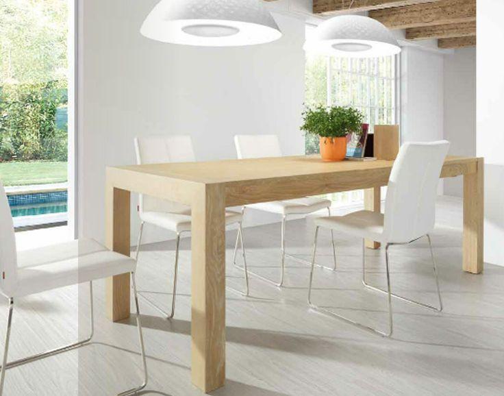 Mesa de madera color haya con sillas blancas