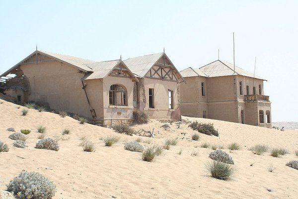 Kolmanskop (Namibie). Construite en 1908 par des colons allemands intéressés par l'exploitation du diamant, cette ville déserte est aujourd'hui une attraction touristique...