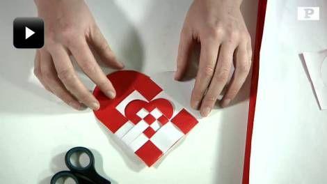 To-i-én. Se, hvordan du fletter et hjerte med et indvendigt hjerte i tv-klippet nederst på siden.