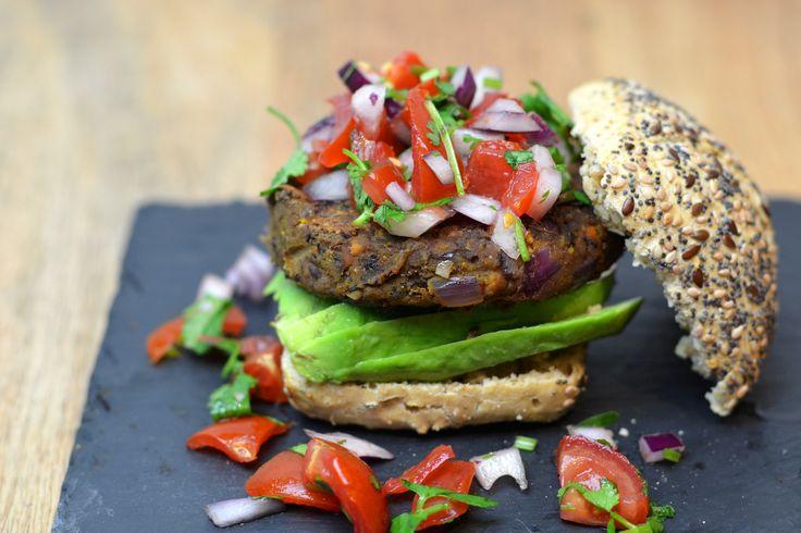 Zwarte Bonen Burger met Avocado en Tomaten (Vegan) - HealthiNut