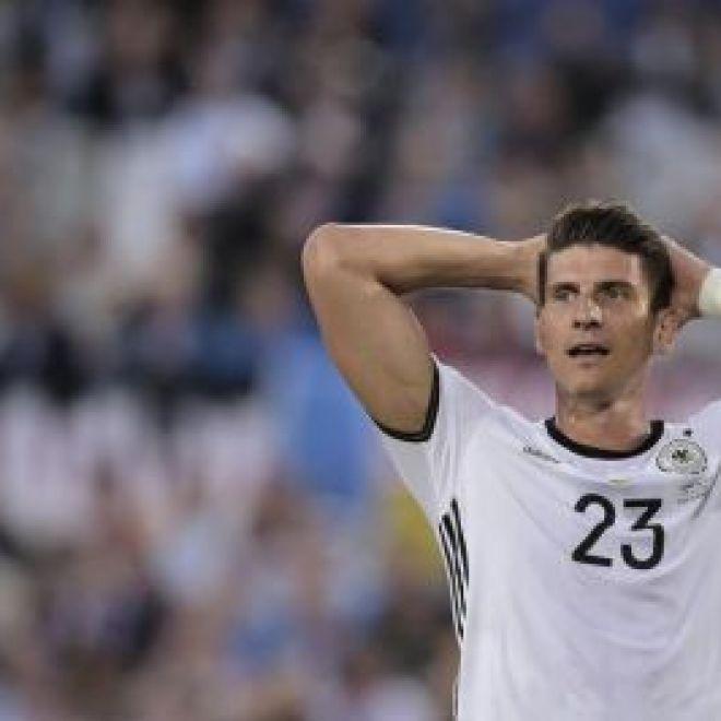 Fiorentina-Gomez: è scontro - FantArdore.it I rapporti tra la società viola e Mario Gomez si fanno sempre più tesi il tedesco vuole la rescissione del contratto ma la Fiorentina fa muro.