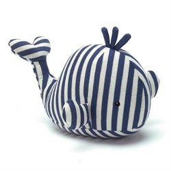 Une baleine parfaite pour bébé matelot... munie d'un petit grelot, elle fera un bon compagnon pour le dodo.