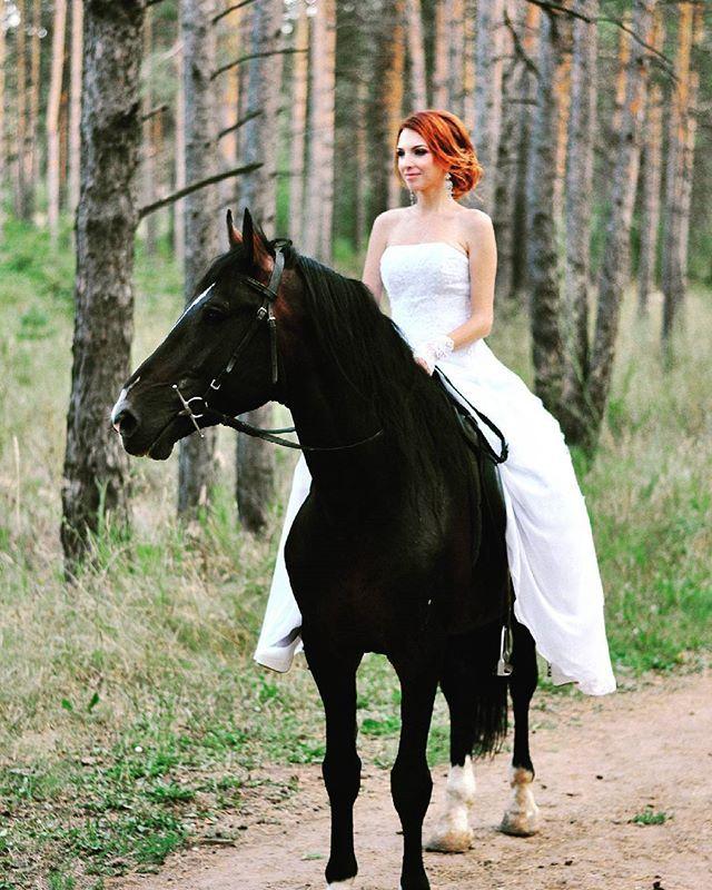"""Instagram media by helenmartynova13 - Залезть на лошадь,в свадебном и на каблуках,могу,умею,практикую  друзья даже услышали,что рядом фотограф невесте другой говорил: """"вот видишь,а она запрыгнула и без всякой подготовки""""  #лошадь #фотосессия #свадьба #невеста #люблюживотных"""