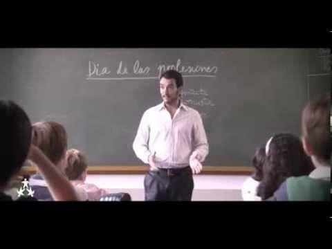 Padre de familia parado en la clase del colegio de su hijo. y explica la importancia de la familia
