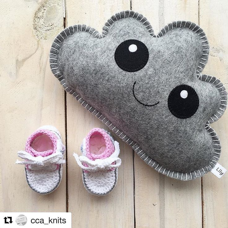 #Repost @cca_knits with @repostapp  Such a windy and rainy day today!  But we are inside where it's nice cozy and warm!  Happy Sunday lovelies!
