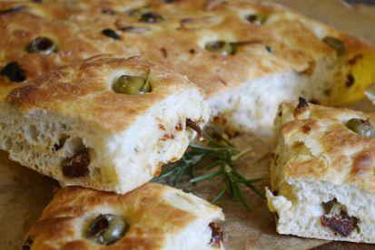 Domáci taliansky chlieb s olivami a sušenými paradajkami-focaccia