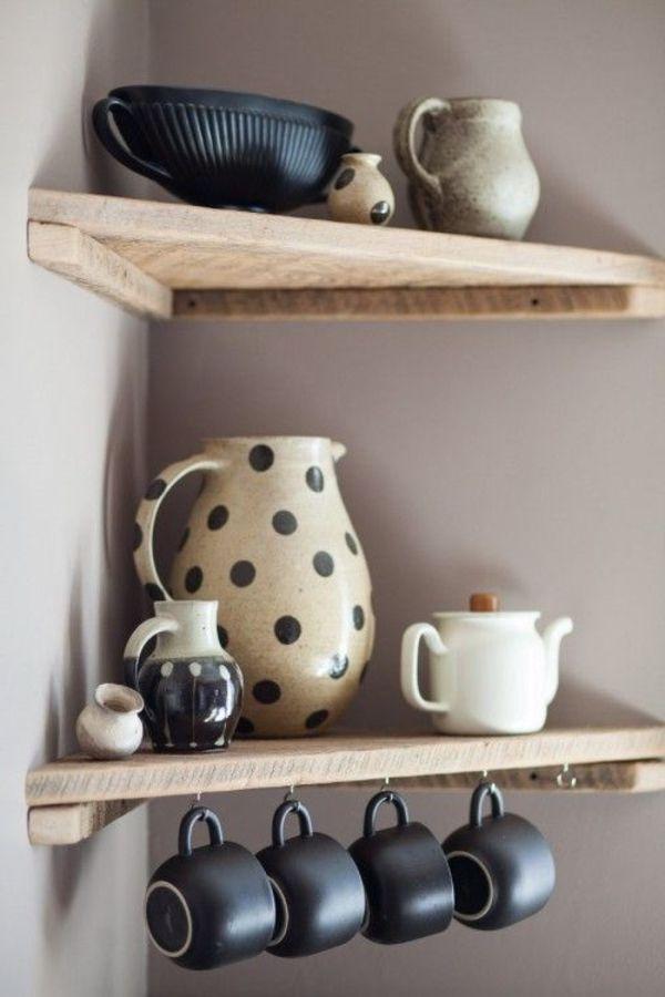 Wandregal in Küche mit Tassen am Haken.