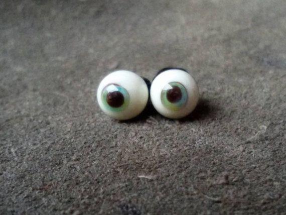 Occhio di vetro... Ciao cari visitatori di Augenmacherei ... .unsere troll, gatti e occhi di fantasia Qui si vede super bello a quale profondità può provocare la diversa luce. Ha lavorato come una perla e qualificarsi attraverso il foro della perla per cucirli saldamente a terra. Laccoppiamento degli occhi qui per essere acquisita ha un diametro di 5 mm ed è adatto per piccole figure di dimensioni di 10-25 cm Gli occhi di vetro stanno lavorando a coppie in modo che sia coerente con la…