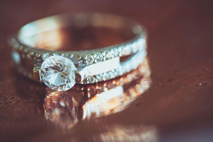Made by me / Gemaakt door mij: www.fotozee.nl Ik ben graag jullie trouwfotograaf! photography trouwfoto's trouwfotografie bruidsfotografie detailfoto wedding ring trouwring wit zilver diamanten diamonds white silver big stone verlovingsring engagement ring koper
