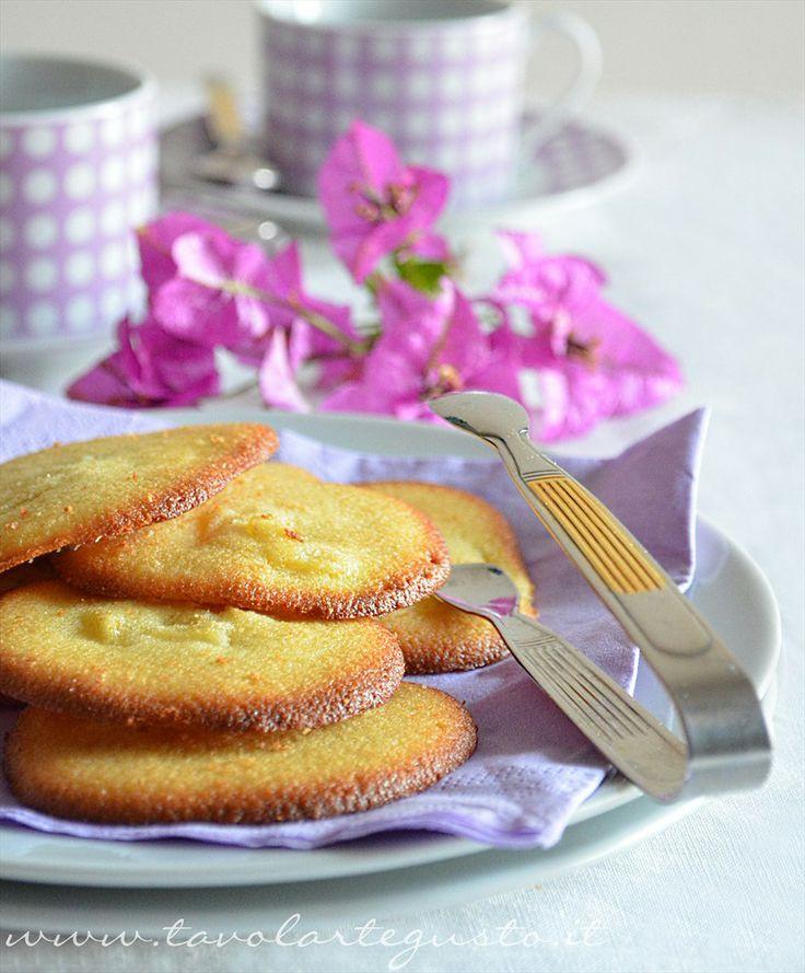 Biscotti morbidi all'ananas: http://www.tavolartegusto.it/2012/07/03/biscotti-morbidi-allananas/
