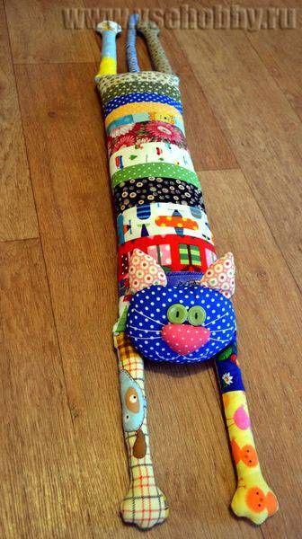 кот подушка может быть и игрушкой, и закрывать щели от сквозняков