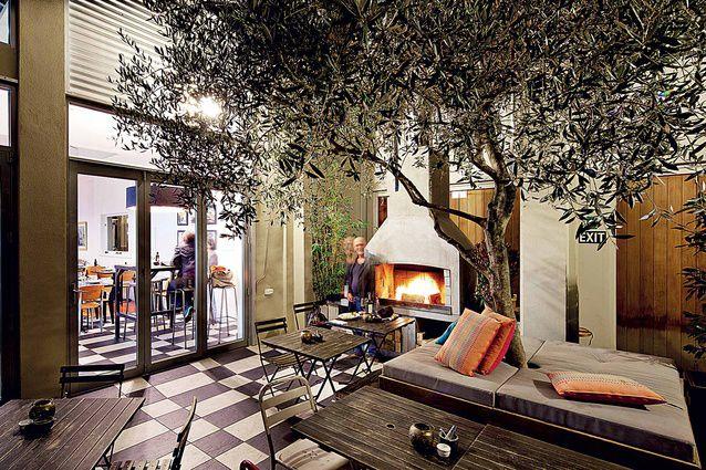 Заведение Mister D отражает сторону жизни Нэйпира, которая устремлена в будущее. Каждый вечер столики этого кафе/бара/столовой/всё-в-одном заполняются с невероятной скоростью. | Нэйпир - путеводитель по лучшим ресторанам 2016 | Ahipara Luxury Travel New Zealand #новаязеландия #зеландия #нэйпир #ресторан #гид