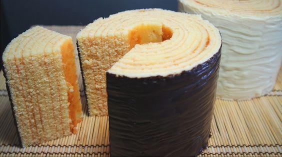 Давайте вместе приготовим очень вкусный немецкий пирог баумкухен. Само название переводится, как дерево-пирожное, а в кулинарной книге его называют «королем кексов». Пирог на разрезе действительно напоминает кольца ствола дерева. На родине десерт считают классическим немецким пирогом на рождественский праздник. Интересно, что раньше его выпекали исключительно с помощью вертела, который прокручивали над пламенем огня: потом поливали …