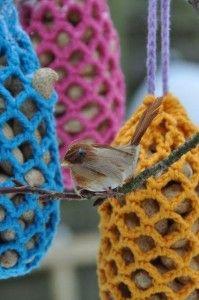 De pinda-netjes van bonthuishouden. Gezellig patroon om de tuin op te vrolijken. Dutch pattern to brighten up your garden with these peanut nets for the birdies.