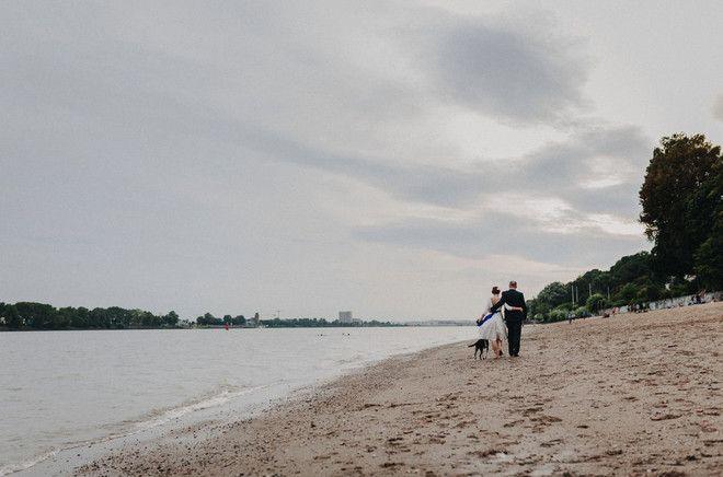 noni- entspannte Hochzeit mit wadenlangem Brautkleid in der Strandperle in Hamburg (www.noni-mode.de - Foto: Hafenliebe Hochzeitsfotografie)