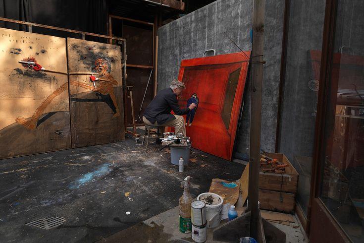 Дэвид Линч рисует картину «Маленький мальчик в своей комнате», на заднем плане работа «Пит идет в дом своей девушки», 2009