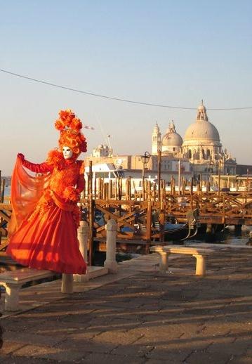 Disfraces  y máscaras típicas de los Carnavales de #Venecia en la plaza de San Marcos. http://bedooin.com/es/venecia-escapada-fin-de-semana-italia.html