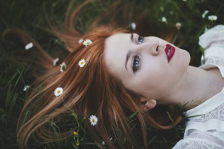 Девушка с ромашками в волосах лежит на траве, by thefirebomb