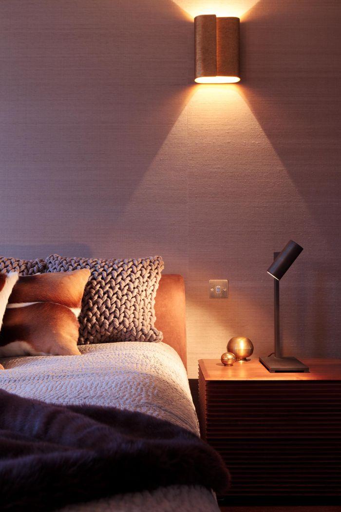 Uplight eller downlight placerad på eller nära en vägg ger spännande ljusbild och reflekterar ljuset vidare i rummet.