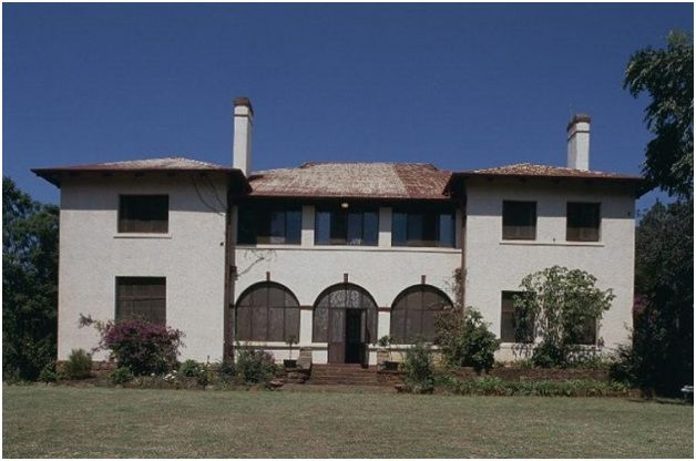 The Alanglade House Museum was built in 1915 as the mine manager's residence in Pilgrims Rest and is reconstructed with early 20th century furnishings.