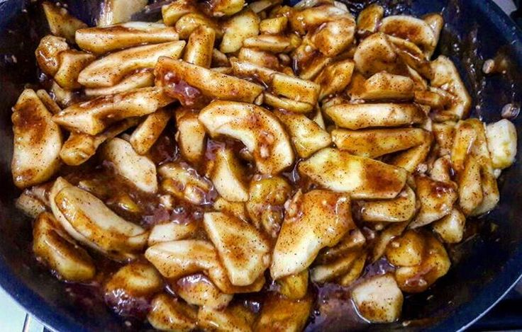 Güzelim Elmalar Elmalı Turta için hazırlanıyor Tarçının kokusu Elmanın Kokusu İncecik turta Hamuru ile fırına giriyor  #applepie #apple #cinamon #wallnut #cyprus #coffeecorner #bakery #bakerylife #fresh #instadaily #coffeeart #cake #pie #elma