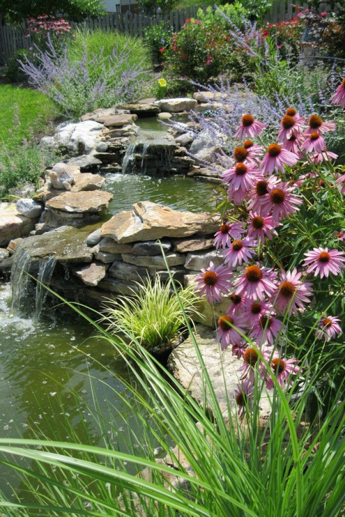 waterval in de tuin, met mooie bloemen eromheen