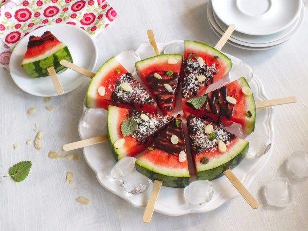 Když se meloun dobře nakrájí, nahradí dezert. Dětem tyhle melounové nanuky určitě udělají radost. A pro dospělé zbude melounová bábovka. Jak na to, najdete na blogu.