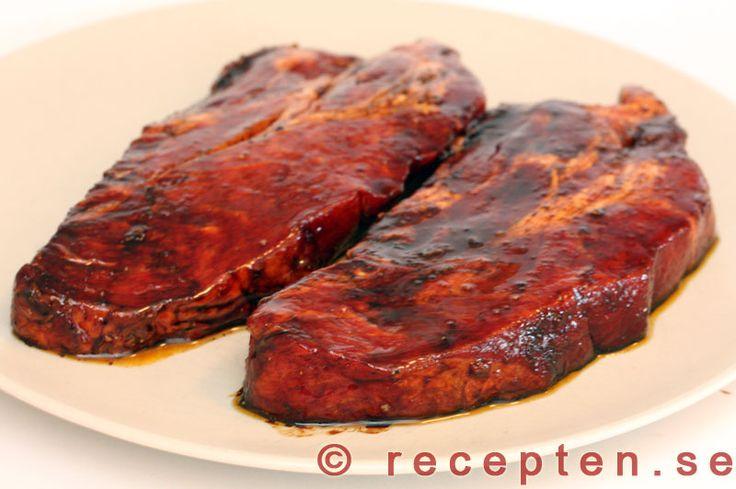 Själv ska jag ha det till sojasteaks i morgon men det blir säkert bra det med. Marinad till grillat kött - En enkel och god marinad som du själv gör och låter köttet ligga i innan du grillar det.