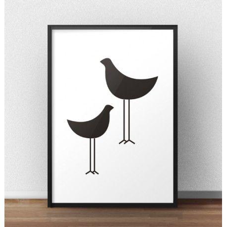 Plakat z dwoma czarnymi ptakami to propozycja dla osób kochających minimalizm i nowoczesność. Na plakacie widać prostą grafikę przedstawiającą dwa ptaki.