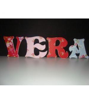 houten letters voor babynaam, verrijgbaar bij so low voor 1,25 per stuk. Nee...de naam wordt niet VERA!