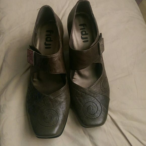 Fidji shoes These are a beautiful hunter green brand new only worn on carpet very nice comfortable 3 in heels Shoes Heels