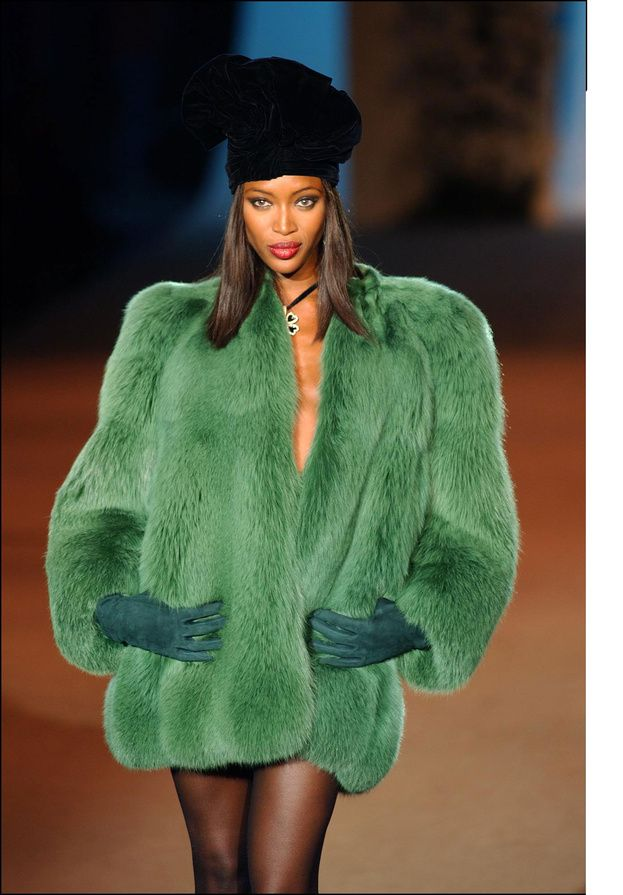 Naomi Campbell au défilé Yves Saint Laurent, 22 January 2002. Veste de fourrure de renard verte, haute couture, printemps 1971.