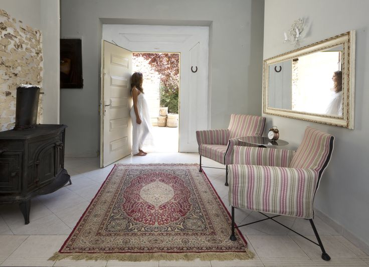 A Refined Rich Classic Persian Design Medallion Rug Adds A Touch Of  Opulence To This Otherwise